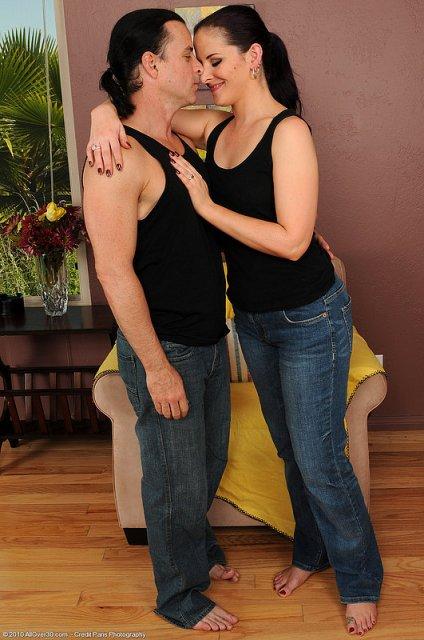 Парень делает кадры голой телки перед сексом и дерет её киску