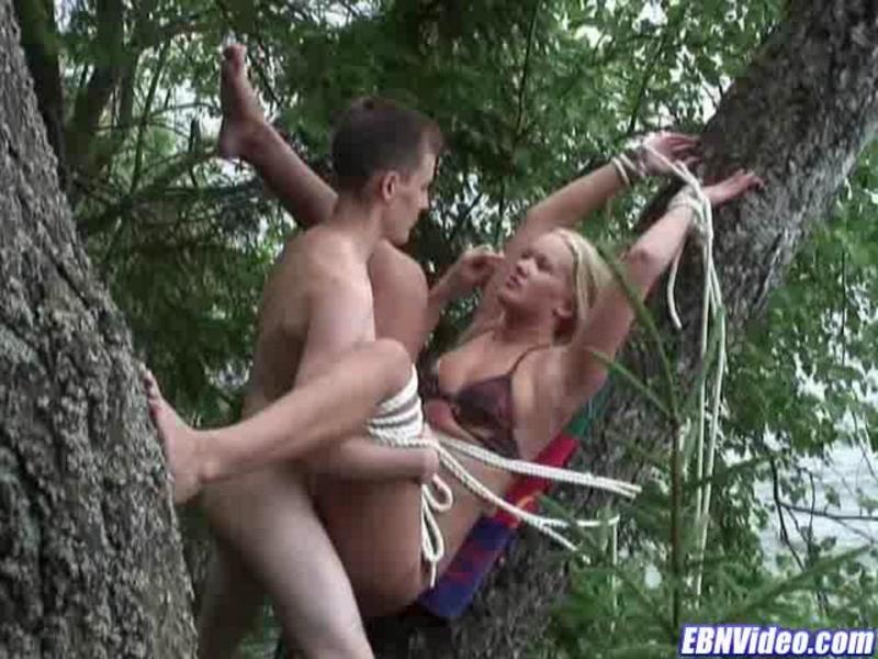 Сосут член у привязанного к дереву парня