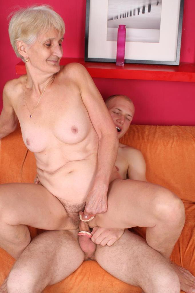 Бабуля и зреоая два юнца