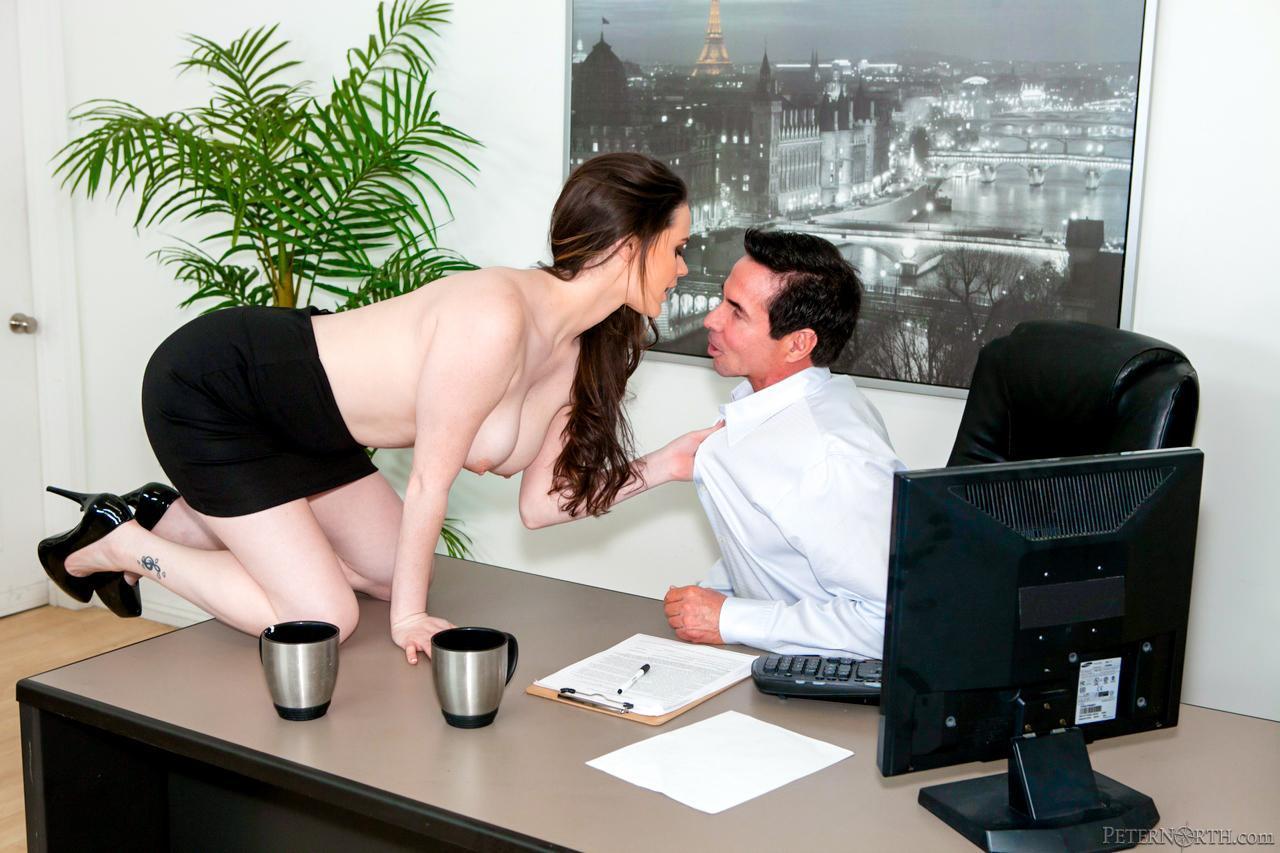 Секретарша зашла в кабинет к своему начальнику порно, Секретарша в чулках зашла в кабинет босса чтобы 5 фотография