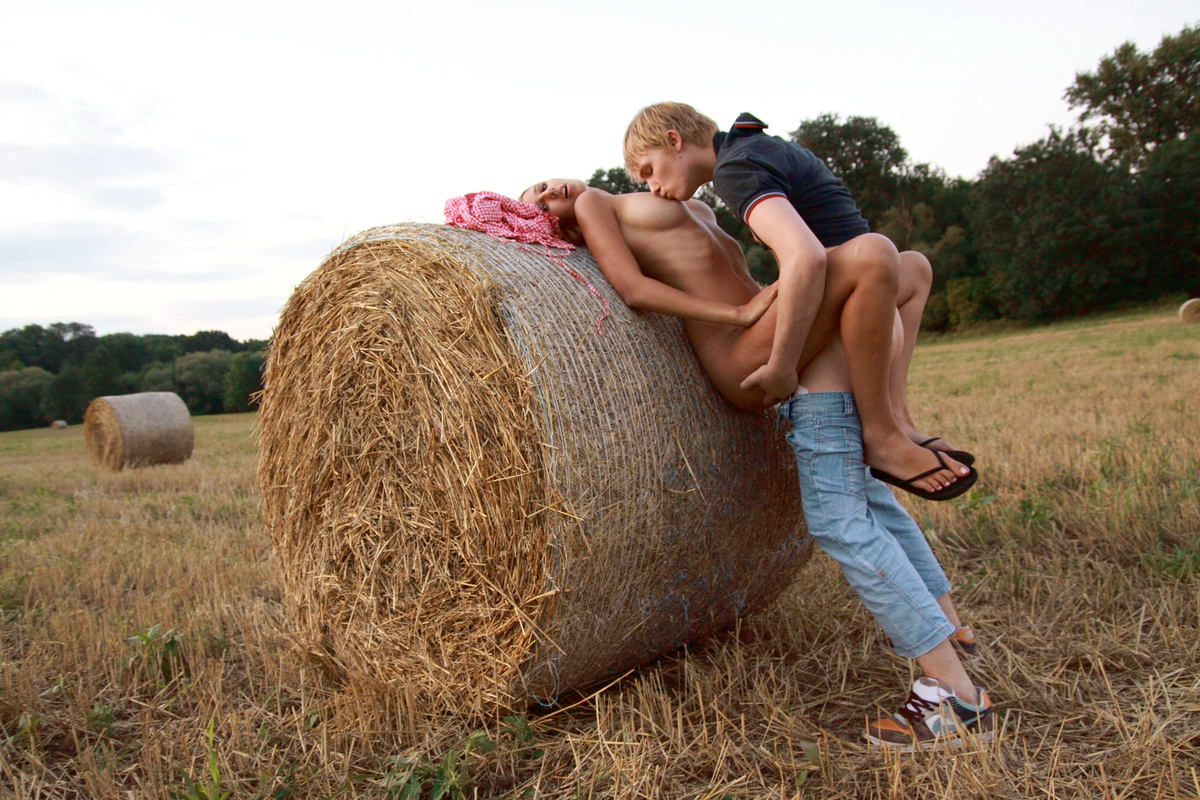 На в сене поле трахает