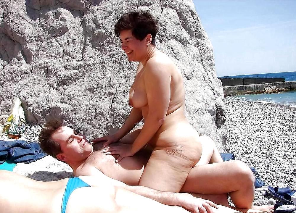 порно мамочки на пляже в бикинях девушки решили заснять