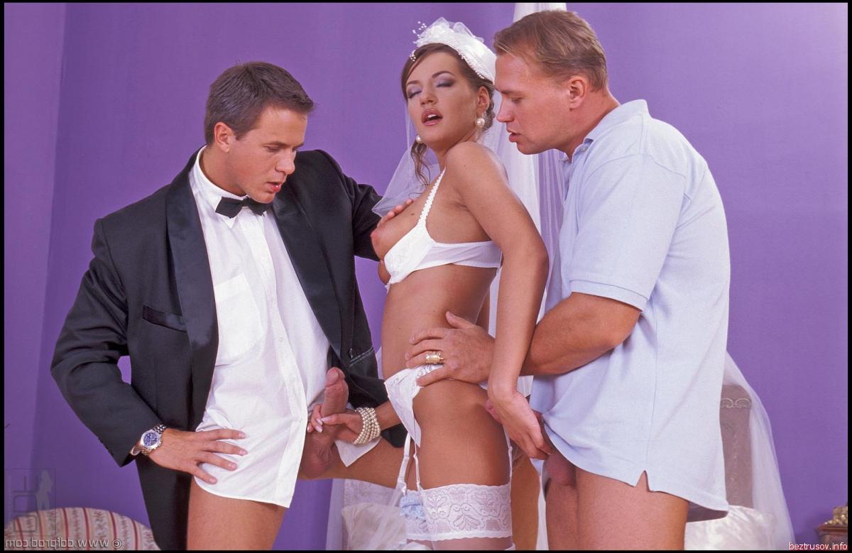 Трахнул свидетельницу и невесту, Свидетельница обучает невесту сексу и трахается 8 фотография